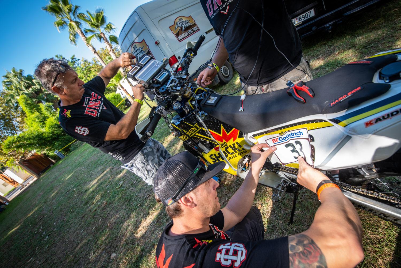 Jan Brabec sháněl chrániče, Martin Macík bavil při živém vysílání. Tak začala Rallye du Maroc pro tým Big Shock Racing