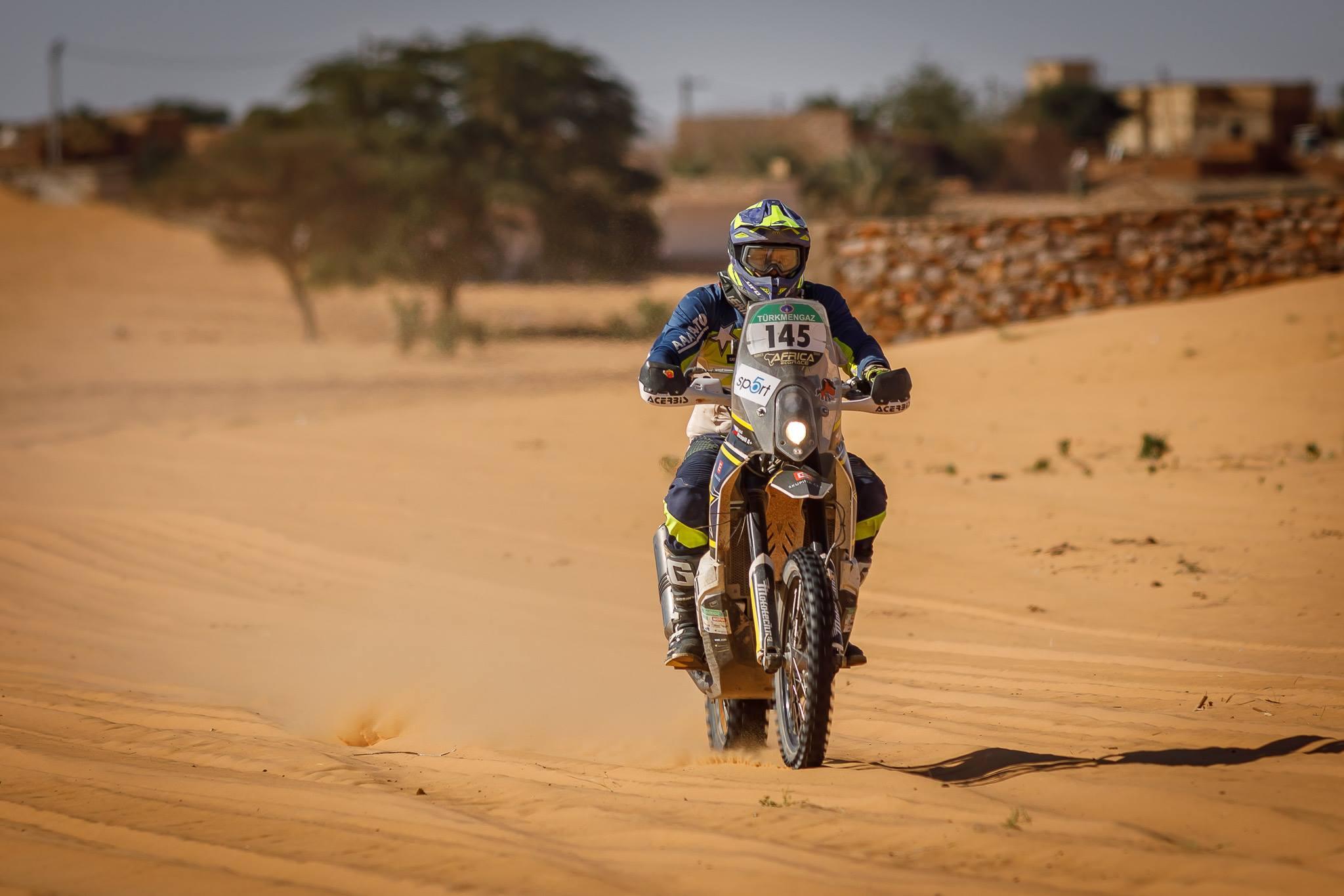 Lukášovi Kvapilovi přejeli motorku, i tak etapu dokončil